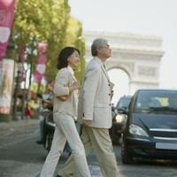 シャンゼリゼ通りを歩くシニア夫婦 20027011088  写真素材・ストックフォト・画像・イラスト素材 アマナイメージズ