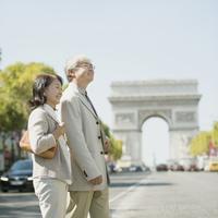 シャンゼリゼ通りを歩くシニア夫婦