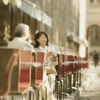 パリのカフェでコーヒーを飲むシニア夫婦