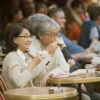 パリのサンジェルマン・デ・プレのカフェでコーヒーを飲むシニア夫婦