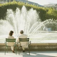 噴水の前でベンチに座るシニア夫婦の後姿 20027011103  写真素材・ストックフォト・画像・イラスト素材 アマナイメージズ
