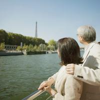 セーヌ川クルーズをするシニア夫婦 20027011113  写真素材・ストックフォト・画像・イラスト素材 アマナイメージズ