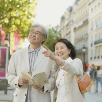 パリの街並みを歩くシニア夫婦 20027011128| 写真素材・ストックフォト・画像・イラスト素材|アマナイメージズ