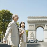 シャンゼリゼ通りを歩くシニア夫婦 20027011129  写真素材・ストックフォト・画像・イラスト素材 アマナイメージズ