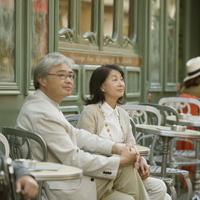 パリのサンジェルマン・デ・プレのカフェで微笑むシニア夫婦 20027011132  写真素材・ストックフォト・画像・イラスト素材 アマナイメージズ