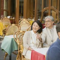 パリのサンジェルマン・デ・プレのカフェで微笑むシニア夫婦 20027011135  写真素材・ストックフォト・画像・イラスト素材 アマナイメージズ
