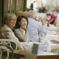 パリのサンジェルマン・デ・プレのカフェで微笑むシニア夫婦 20027011137  写真素材・ストックフォト・画像・イラスト素材 アマナイメージズ