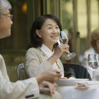 パリのサンジェルマン・デ・プレのカフェで食事をするシニア夫婦