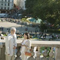 パリの街並みとシニア夫婦 20027011145  写真素材・ストックフォト・画像・イラスト素材 アマナイメージズ