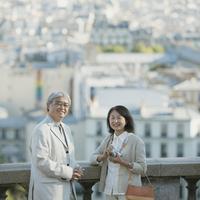 パリの街並みとシニア夫婦