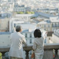 パリの街並みを眺めるシニア夫婦の後姿 20027011147  写真素材・ストックフォト・画像・イラスト素材 アマナイメージズ