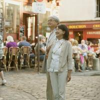 パリの街並みを歩くシニア夫婦 20027011167  写真素材・ストックフォト・画像・イラスト素材 アマナイメージズ