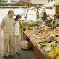 パリのアンファン・ルージュの市場で買い物をするシニア夫婦