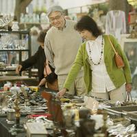 パリの骨董市を見るシニア夫婦 20027011173  写真素材・ストックフォト・画像・イラスト素材 アマナイメージズ