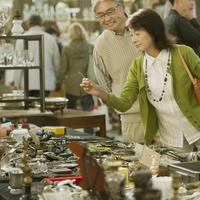 パリの骨董市を見るシニア夫婦 20027011175  写真素材・ストックフォト・画像・イラスト素材 アマナイメージズ