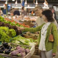 パリのアンファン・ルージュの市場で買い物をするシニア夫婦 20027011182| 写真素材・ストックフォト・画像・イラスト素材|アマナイメージズ