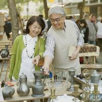 パリの骨董市を見るシニア夫婦