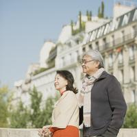 パリの街並みを眺めるシニア夫婦