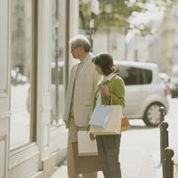 パリでショッピングをするシニア夫婦 20027011192  写真素材・ストックフォト・画像・イラスト素材 アマナイメージズ