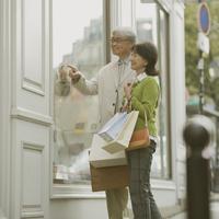 パリでショッピングをするシニア夫婦 20027011194  写真素材・ストックフォト・画像・イラスト素材 アマナイメージズ