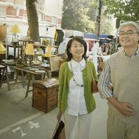 パリの骨董市を見るシニア夫婦 20027011195  写真素材・ストックフォト・画像・イラスト素材 アマナイメージズ