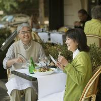 パリのレストランでフレンチ料理を食べるシニア夫婦 20027011206| 写真素材・ストックフォト・画像・イラスト素材|アマナイメージズ