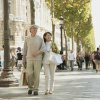 パリの街並みを歩くシニア夫婦