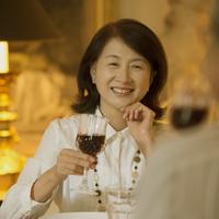 パリのアパルトマンでワインを飲むシニア夫婦 20027011223| 写真素材・ストックフォト・画像・イラスト素材|アマナイメージズ