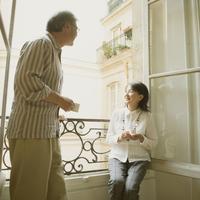 パリのアパルトマンのベランダで談笑をするシニア夫婦 20027011227| 写真素材・ストックフォト・画像・イラスト素材|アマナイメージズ
