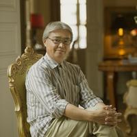 パリのアパルトマンにある椅子に座り微笑むシニア男性 20027011228| 写真素材・ストックフォト・画像・イラスト素材|アマナイメージズ