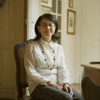 パリのアパルトマンにある椅子に座り微笑むシニア女性 20027011231| 写真素材・ストックフォト・画像・イラスト素材|アマナイメージズ