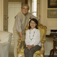 パリのアパルトマンにある椅子に座り微笑むシニア夫婦 20027011232  写真素材・ストックフォト・画像・イラスト素材 アマナイメージズ