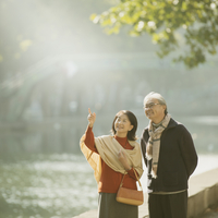 パリのサン・マルタン運河のほとりで微笑むシニア夫婦