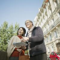 パリの街でガイドマップを持ち微笑むシニア夫婦 20027011246  写真素材・ストックフォト・画像・イラスト素材 アマナイメージズ