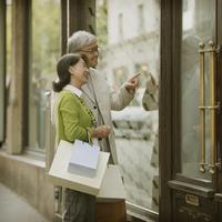 パリでショッピングをするシニア夫婦