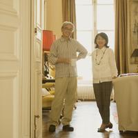 パリのアパルトマンで微笑むシニア夫婦