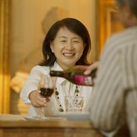 パリのアパルトマンでワインを飲むシニア夫婦 20027011264  写真素材・ストックフォト・画像・イラスト素材 アマナイメージズ