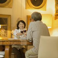 パリのアパルトマンで乾杯をするシニア夫婦