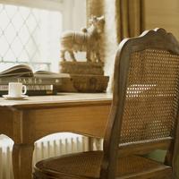 パリのアパルトマンにある机と椅子