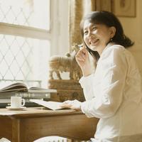 パリのアパルトマンで手帳にメモをするシニア女性 20027011270| 写真素材・ストックフォト・画像・イラスト素材|アマナイメージズ