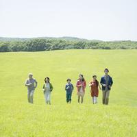 草原を走る3世代家族