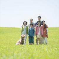 草原で微笑む3世代家族