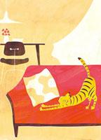 ソファーで伸びをする虎模様の猫