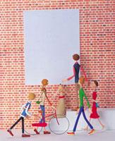 赤レンガの壁と街行く人々