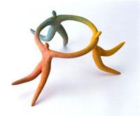 手をつないで輪を作る3人