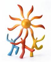 太陽を掲げる3人