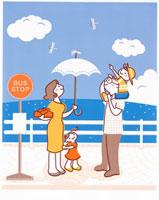 海沿いでバスを待つ家族 20037001313| 写真素材・ストックフォト・画像・イラスト素材|アマナイメージズ