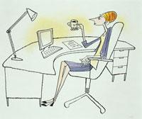 デスクでコーヒーを飲む女性