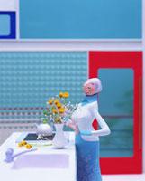 花を生けるシニア女性