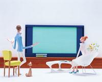 テレビと夫婦 20037002155| 写真素材・ストックフォト・画像・イラスト素材|アマナイメージズ